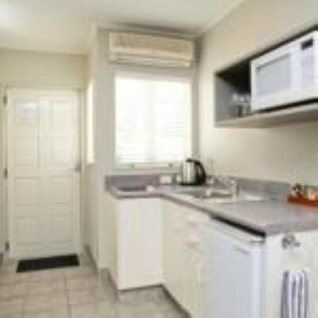 Brougham Heights Motel: Kitchen
