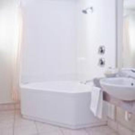 Brougham Heights Motel: Corner spa bath
