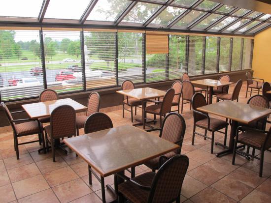 Ramada Louisville North: Breakfast area