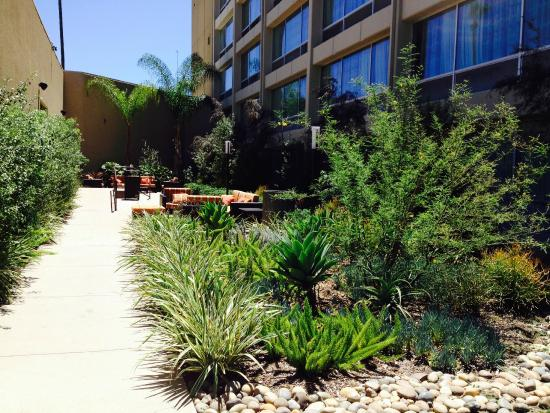 Courtyard by Marriott Los Angeles Woodland Hills: Suntrap outdoor seating area by side of the hotel