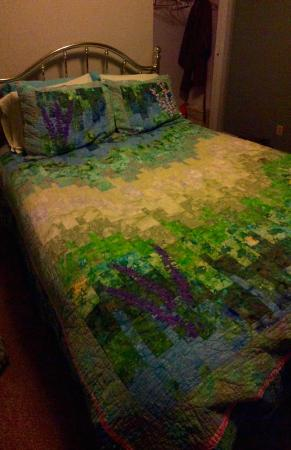 The Spyglass Inn B&B: Owner made all the quilts on the beds.