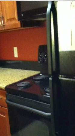 Residence Inn Madison West/Middleton : Electric stove next to fridge in the kitchen