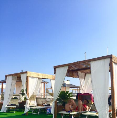 Hotel Ancora Riviera : Rooftop pool area - sun beds