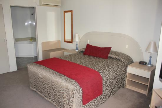 Brougham Heights Motel: Studio unit with Queen size bed