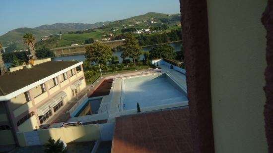 Residencial Columbano : PISCINA HOTEL - ao fundo Rio Douro
