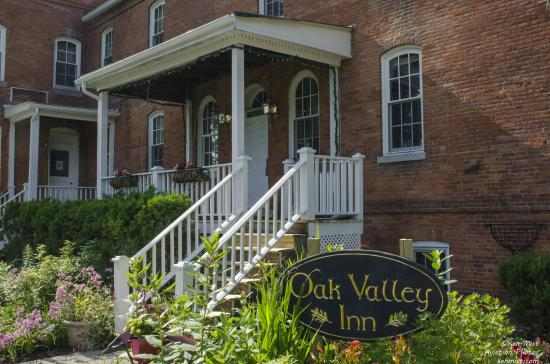 OAK VALLEY INN & SUITES: An inviting entrance