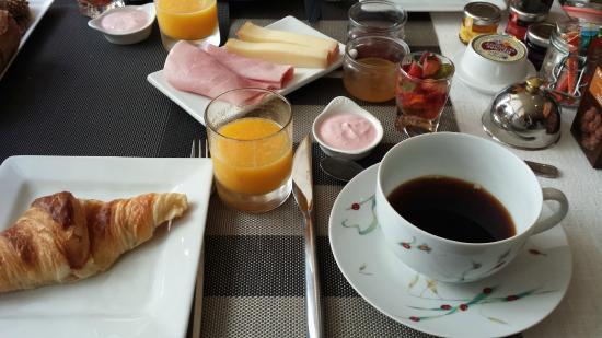 Hostellerie Provencale: Breakfast in the indoor dining room