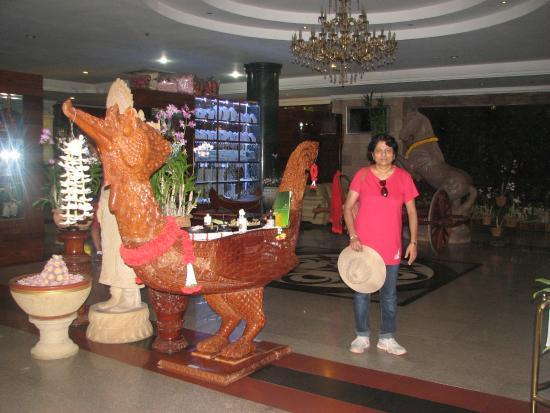 Hotel Somadevi Angkor Resort & Spa: Inside Hotel lobby