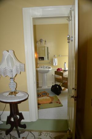 Captain Visger House: Captain's Suite-Step down bathroom