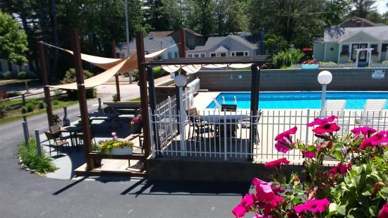 Footbridge Beach Motel: piscine et coin bbq