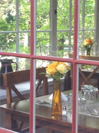 Lara House Bed and Breakfast: Sunroom