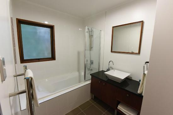 Half Moon Bay Marina Motel: Bathroom, Deluxe One Bedroom