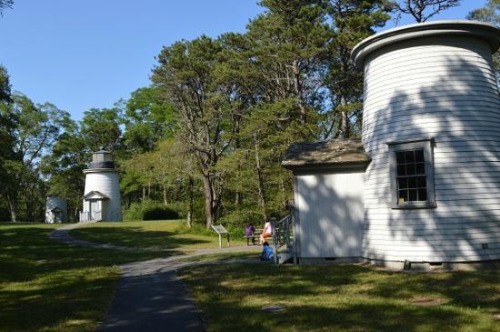 The Three Sisters Lighthouses: 移築された灯台が大切に保存されています。