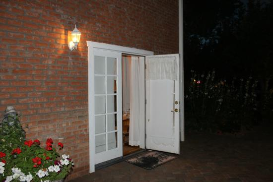 Heritage Inn Bed and Breakfast: outside entrance to room