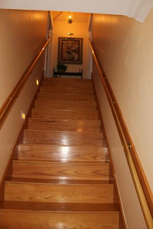 Heritage Inn Bed and Breakfast: Stairs to upper rooms
