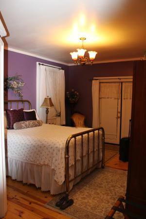Heritage Inn Bed and Breakfast: Quant, comfortable room