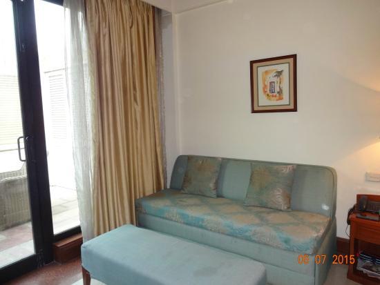 Tivoli Garden Resort Hotel: Sofa in the room