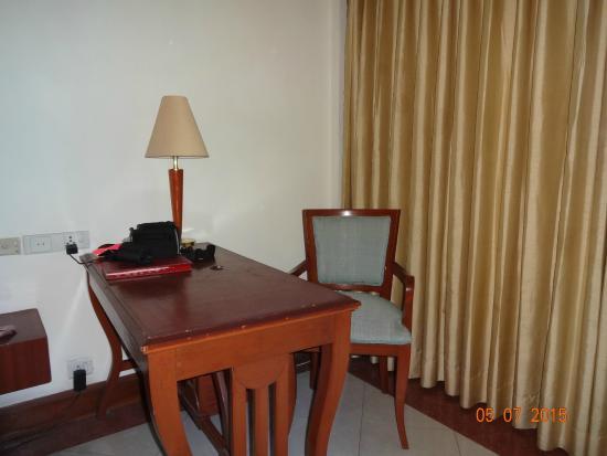 Tivoli Garden Resort Hotel: study table in the room