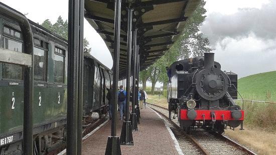 Goes, Hà Lan: De loc wordt in Hoedekenskerke naar de andere kant van de tein gereden