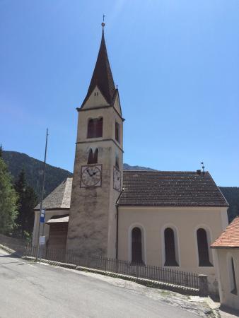 Hotel Kircherhof: La chiesetta di Reinswald che sta di fronte all'hotel