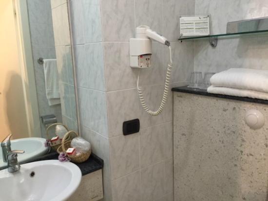 Hotel Suisse: öncephe oda banyosu