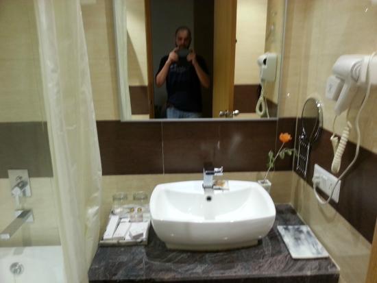 Ramada by Wyndham Neemrana: Washroom