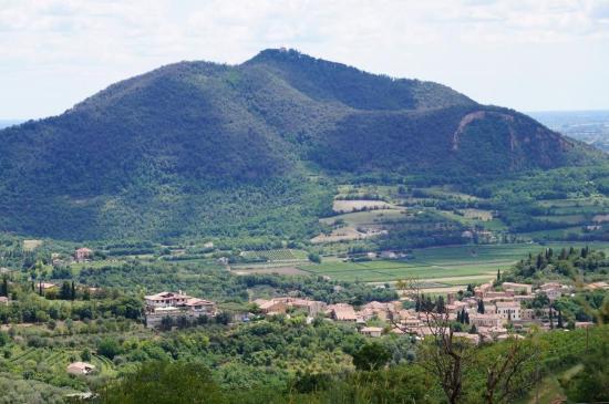 B&B Chez Vivi' : Blick auf den Hügel hinter Chez Vivi