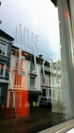 Escalon Neumannsgate: Window