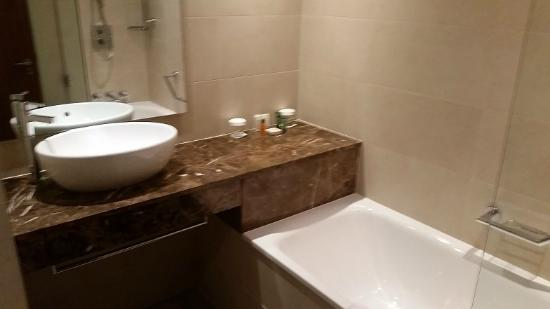 Reet posh bath and sink - Picture of Hilton Liverpool City Centre ...