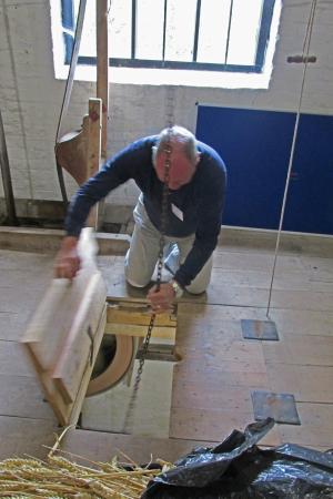 Bunbury Mill : Using the hoist to raise the sacks of corn