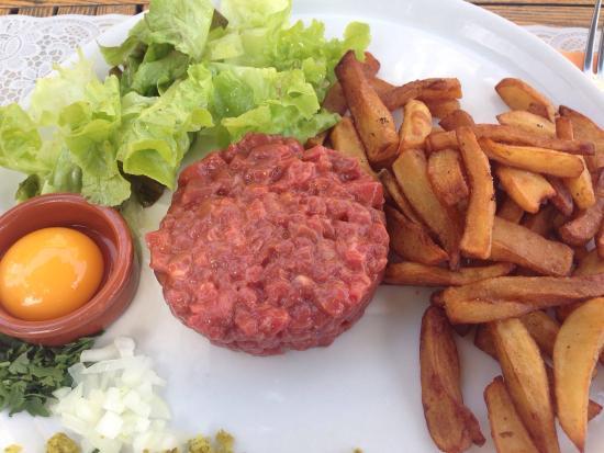 Vinoneo: Steak tartare au couteau. Assiette de charcuterie. Hamburger au beau.