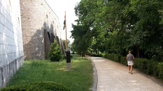 Pannonhalma Abbey: chodník vedúci okolo hradieb