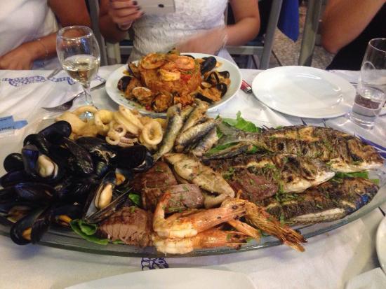 Psaropoula Fish Tavern: Grigliata per tre persone! Pesce eccezionale!