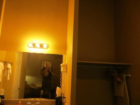 Econo Lodge Clarks Summit: Sink & washing area. Outside shower room.