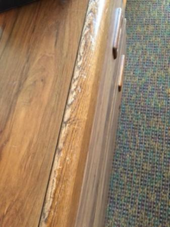 Chase Suite Hotel Lincoln: Top of Dresser very worn/scratched up