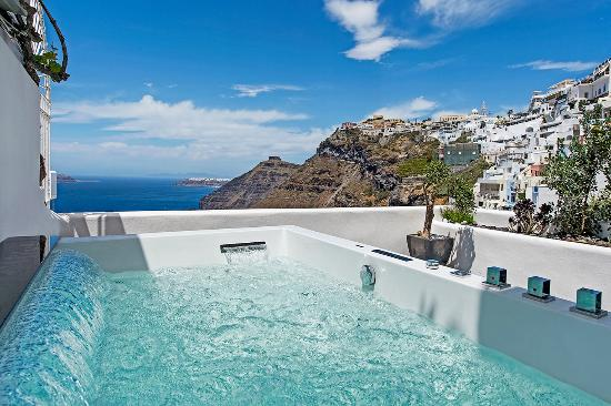 Porto Fira Suites: Our outdoor jacuzzi