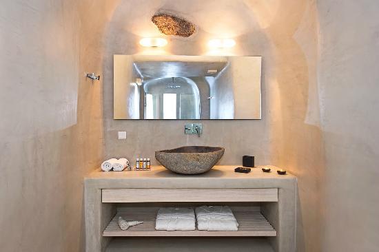 Porto Fira Suites: bathroom