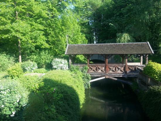 Hotel-Gasthof zur Mühle: Übderdachte Brücke auf dem Hotelgelände