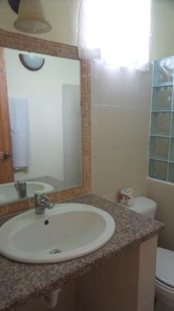 Hotel Cambri: Baños limpios, con agua fria y caliente.