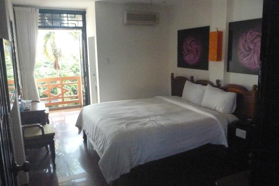 Thanh Binh III Hotel : Bedroom looking out to balcony