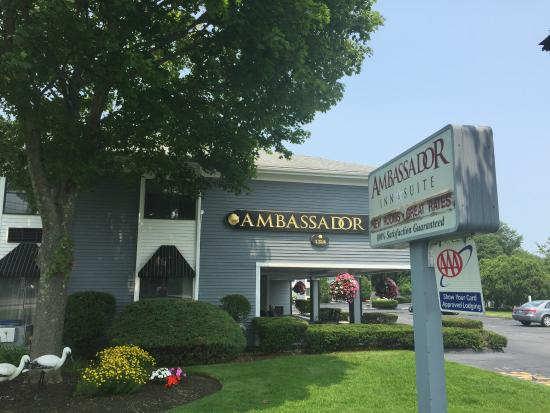 Ambassador Inn & Suites: This hotel is wonderful . Rooms are comfy and clean . Indoor and outdoor pools sparkling and ref