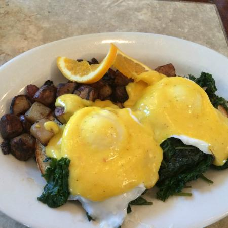 Crissy's Breakfast & Coffee Bar: Uptown Eggs with fantastic Hollandaise Sauce