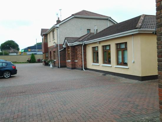 Windsor Lodge: outside and car parking area