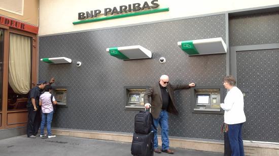Metropol Hotel: ATM tersedia setidaknya di 3 lokasi di dekat hotel ini