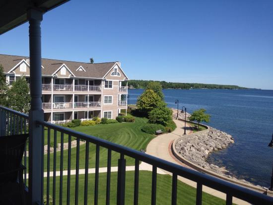 Bridgeport Resort: Third floor suite, beautiful water views, patio, full kitchen and dining.