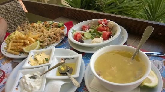 Soraya: Наш вкусный обед+ нам сделали комплимент от ресторана домашний хлеб с соусами и арбуз с дыней).