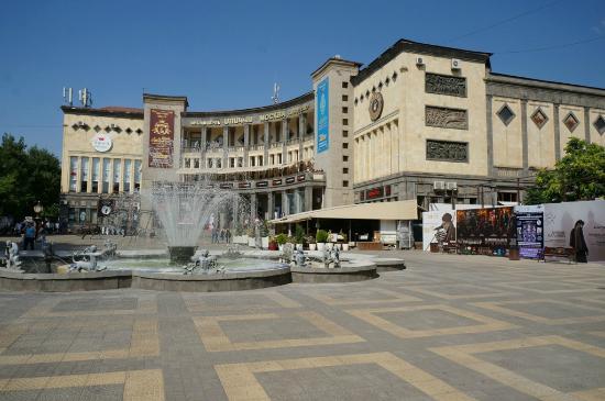 Ереван, Армения: Площадь Шарля Азнавура