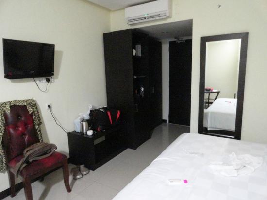 kamar yang lumayan besar dengan furniture bagus dan bersih