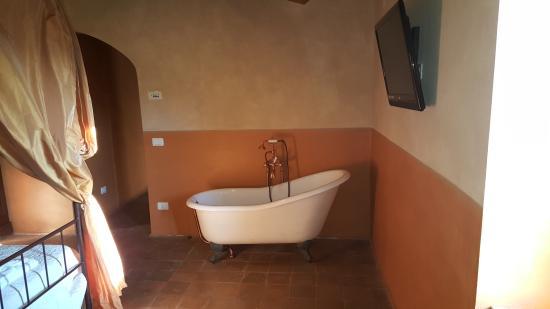 vasca da bagno nella camera da letto della suite - Picture of Il ...