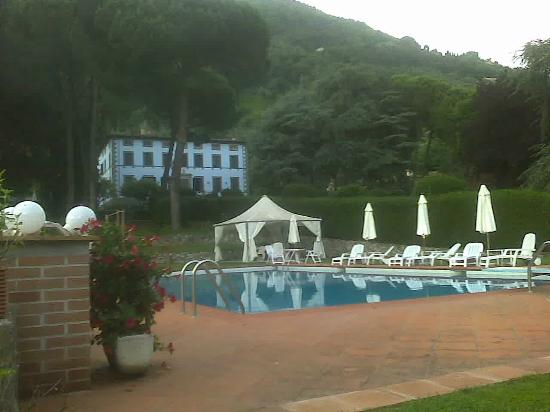 Villa Montecatini - La Cantinetta: Villa Montecatini: parco con piscina